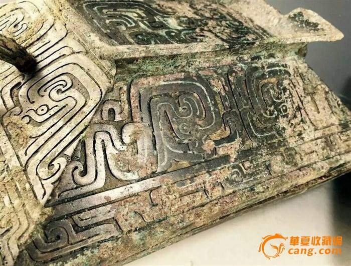 """青铜器是古代灿烂文明的载体之一,她以品类繁多,造型精致新奇,纹饰绚丽神秘,铸造技术先进完美而闻名于世,由于古代青铜器在古代具有特殊功能,和当时人们的宗教信仰和社会宗法制度有着密切的联系,这也是研究古中国的社会、经济与宗教的主要依据。 一,兽面纹青铜器上常见的装饰纹样之一。纹样象征古代传说中一种贪食的凶兽饕餮的面形,图案多有变化。 饕餮一词见于《吕氏春秋先识览》:周鼎著饕餮,有首无身,食人未咽害及其身,以言报更也。 二,龙纹包括夔纹和夔龙纹。这里的""""夔""""古称是一角一足的动物,实际上则"""